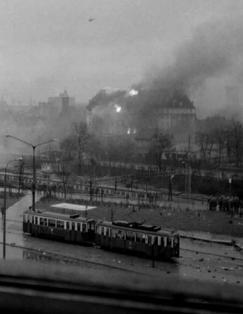 """Podpalony """"Reichstag"""" – gmach KW PZPR wGdańsku, 15 grudnia 1970 r."""