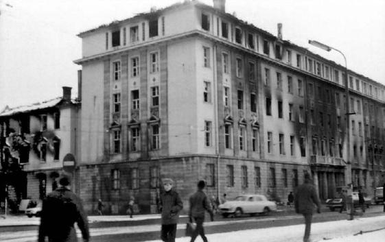 Wypalony gmach KW PZPR w Gdańsku