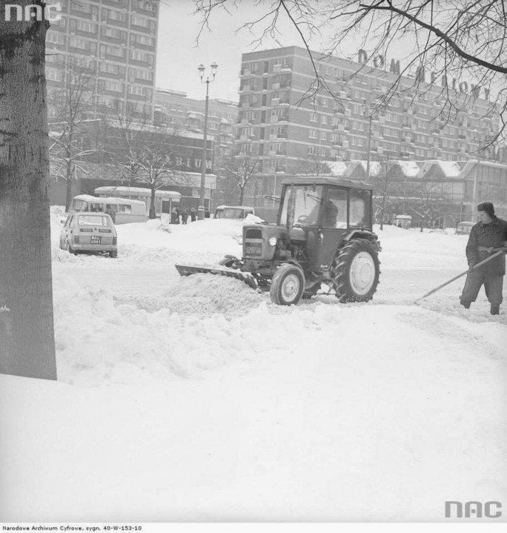 Ciągnik Ursus C-330 zpługiem śnieżnym naulicy Emilii Plater.