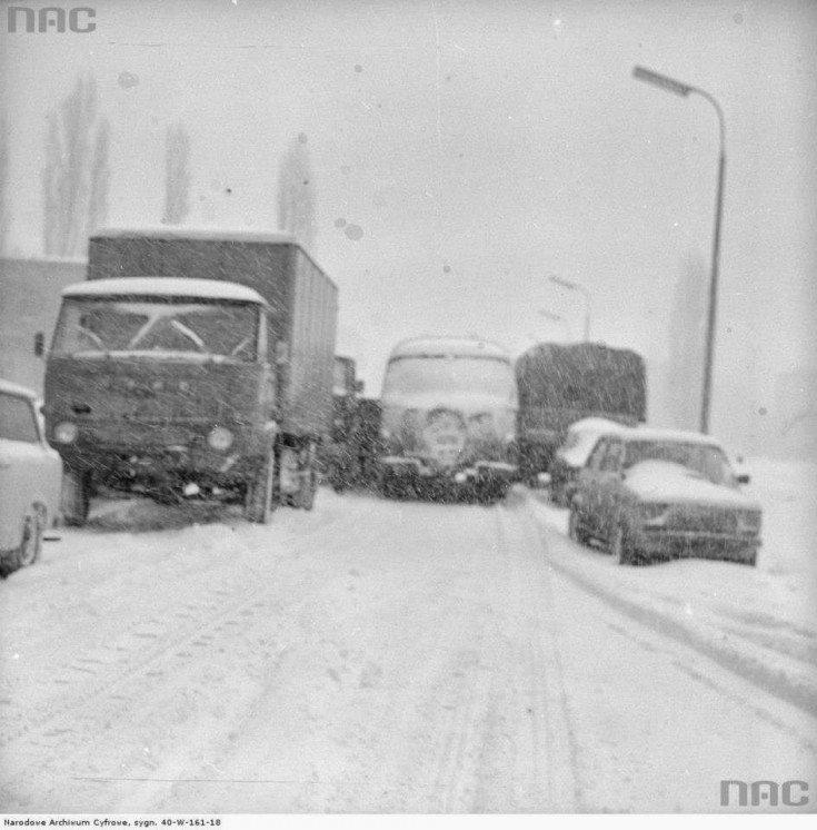 Samochody nazasypanej przez zamieć jezdni podczas Zimy Stulecia, 1979-01-30.