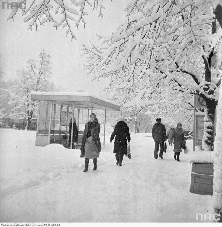 Przechodnie przy przystanku linii 106 i406 przy ulicy Królewskiej, zima 1979/1978.