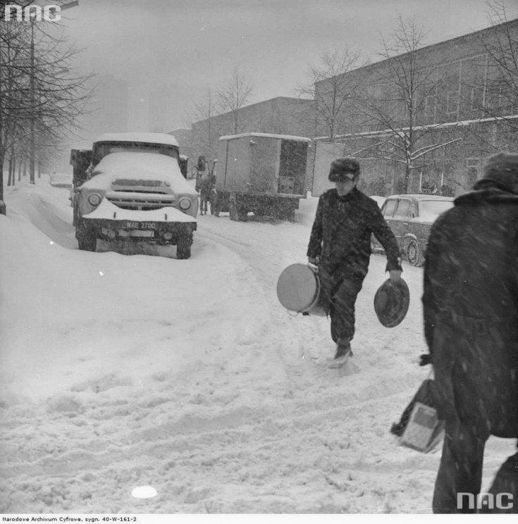 Mężczyzna ztermosem nawarszawskiej ulicy podczas Zimy Stulecia