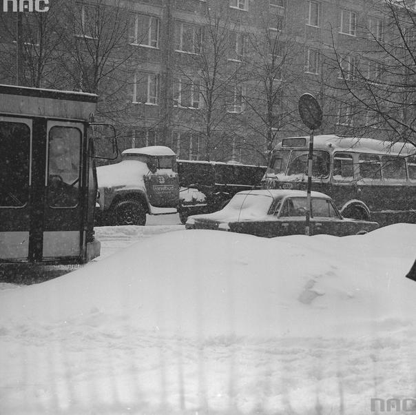 Zakorkowana ulica. Widoczne autobusy Jelcz PR110 iJelcz 043, taksówka Fiat 125p iciężarówka ZIŁ-130
