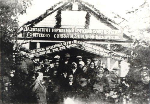 Brama powitalna we wsi Grudziewicze