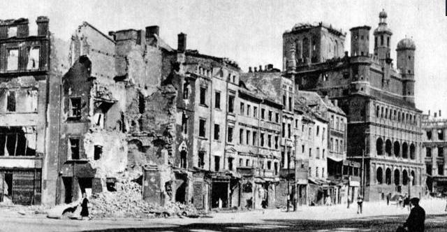 W wyniku walki o Poznań wiele budynków na Starym Rynku zostało niemal doszczętnie zniszczonych