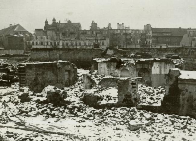 Widok na Stary Rynek. W tle Ratusz. Zdjęcie z 1945 roku.