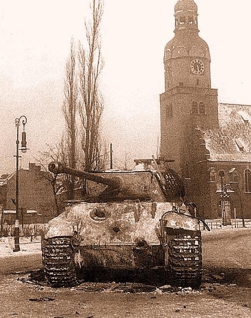 Czołg Pantera stojący na rynku Wildeckim.