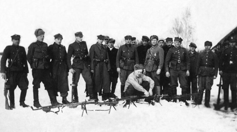 """Styczeń 1946 r. Część oddziału por. Leona Taraszkiewicza """"Jastrzębia"""" (siedzi przy erkaemie, ciężko ranny zmarł 31.01.1947 r. miał 22 lata). Od lewej: Ignacy Zalewski """"Zygmunt"""", """"Lin"""" (poległ 21 III 1951 r., w starciu z grupą operacyjną UB-KBW), Zdzisław Kogut """"Ryś"""" (poległ 24 XII 1946 r. podczas tzw. krwawej Wigilii), Witold Zieliński """"Sosna"""", Ryszard Jakubowski """"Kruk"""", Zygmunt Majewski """"Lenin"""", NN, Józef Piwnicki """"Jaskółka"""", Tadeusz Wawszczuk """"Groźny"""", NN, Antoni Kosiński """"Czarny"""", Piotr Kwiatkowski """"Dąbek"""", Tadeusz Sokołowski, Henryk Zajaczkowski """"Borsuk"""", Adam Mielniczuk """"Fryc"""", Jan Czech """"Kiepura"""", NN, NN."""