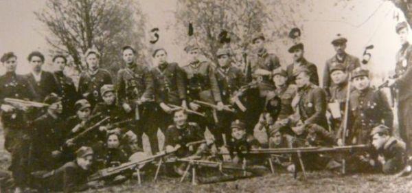 Żołnierze II szwadronu VI Brygady Wileńskiej AK, trzeci zprawej klęczy kpt. Władysław Łukasiuk ,,Młot'