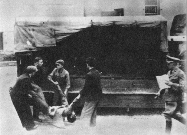 Uprzątanie ciał ofiar egzekucji ulicznej
