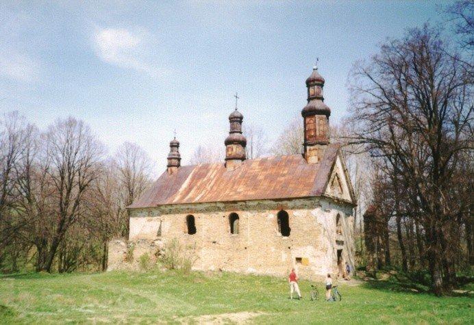 Opuszczona i zniszczona cerkiew greckokatolicka w nieistniejącej już wsi Królik Wołoski