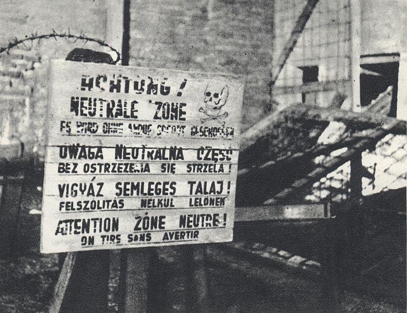Tablica z ostrzegawczymi napisami w czterech językach