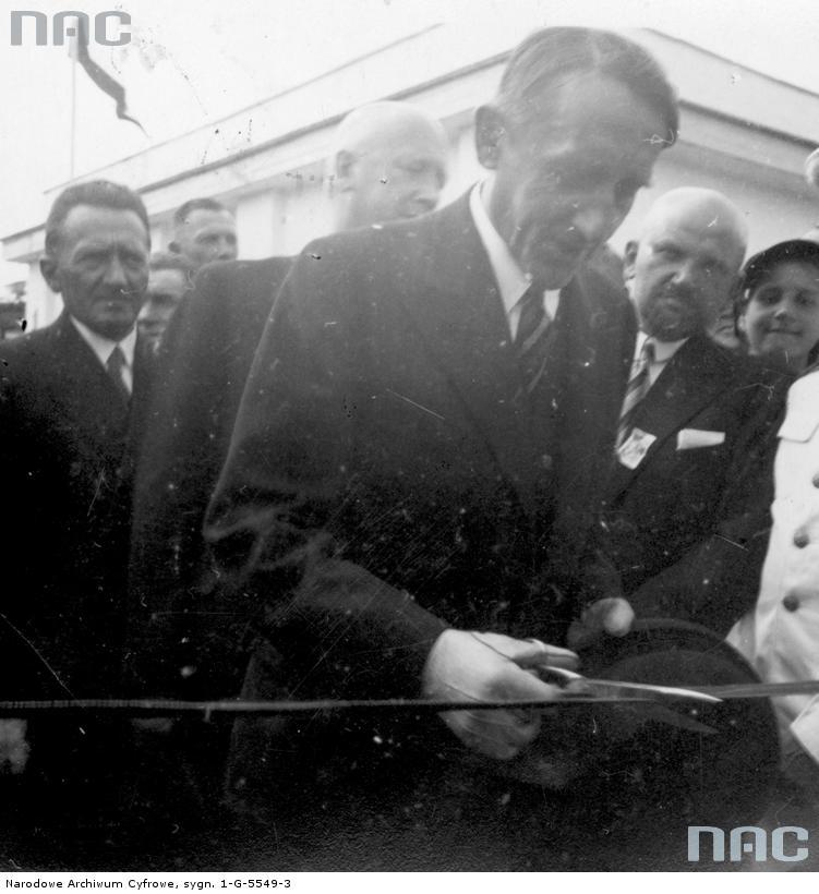 Wojewoda poleski Wacław Kostek-Biernacki przecina wstęgę podczas otwarcia jarmarku poleskiego w sierpniu 1938 roku