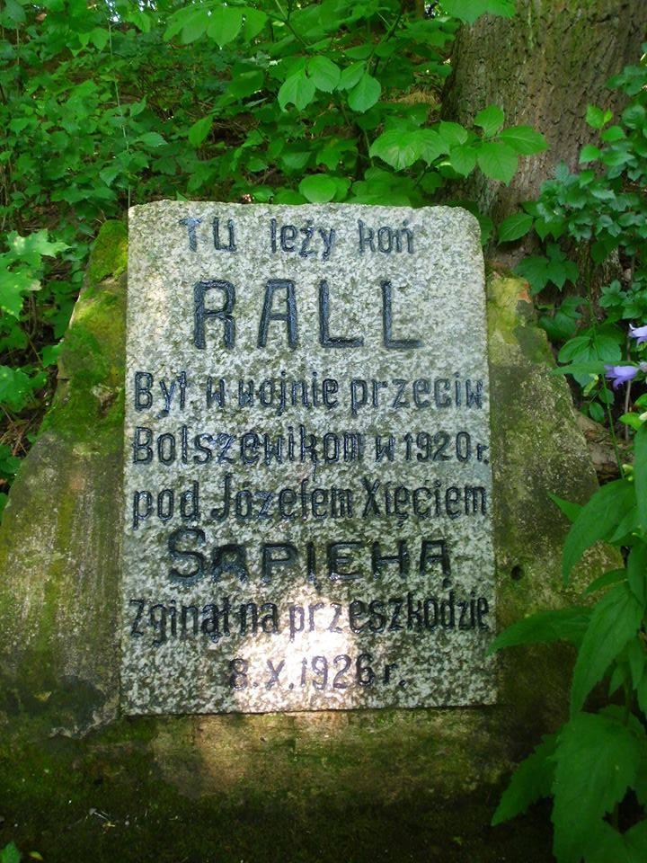 """,,Tu leży koń RALL. Był w wojnie przeciw Bolszewikom w 1920 r. pod Józefem Xięciem SAPIEHĄ. Zginął na przeszkodzie 8.X.1926 r."""""""