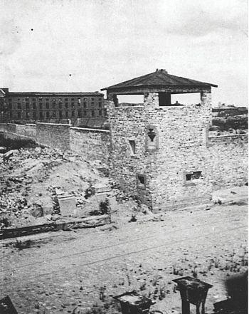 Mur iwieża strażnicza KL Warschau. Widok od ul. Okopowej  IPN