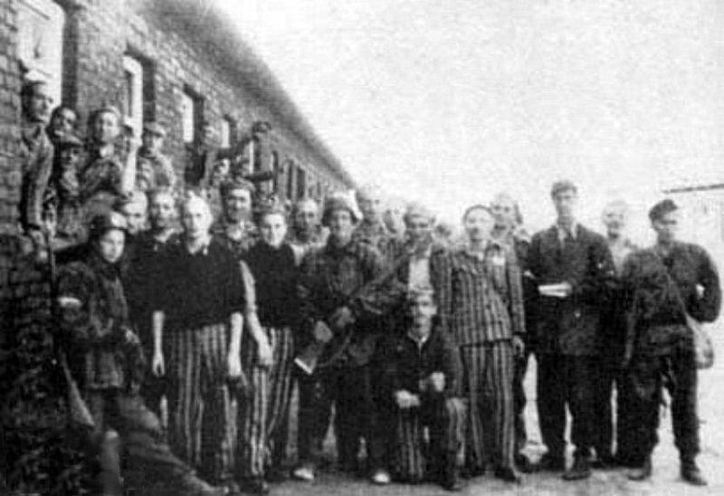 Byli więźniowie iżołnierze Armii Krajowej powyzwoleniu Gęsiówki