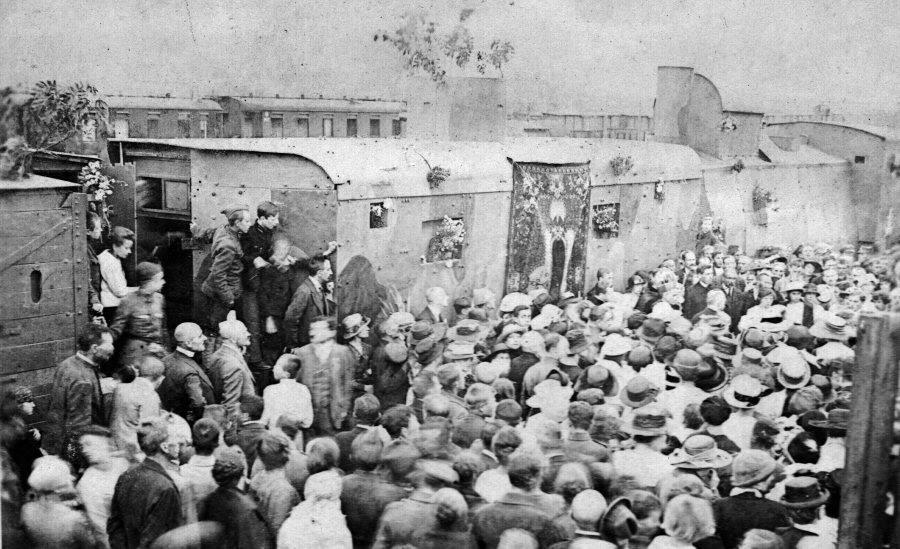 """Na zdjęciu: """"Śmierć"""" podczas ceremonii poświęcenia 18 sierpnia 1920 r. na stacji Grzegórzki"""