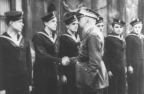 Kazimierz Sosnkowski w rozmowie z polskimi marynarzami