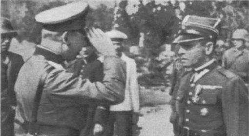 Kapitulacja Westerplatte. Po prawej mjr Henryk Sucharski, któremu salutuje niemiecki oficer