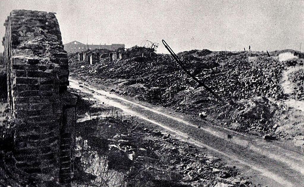 Teren getta po zakończeniu wojny. Ulica Gęsia, widok w kierunku zachodnim. W oddali widoczny wypalony gmach dawnych Koszar Wołyńskich
