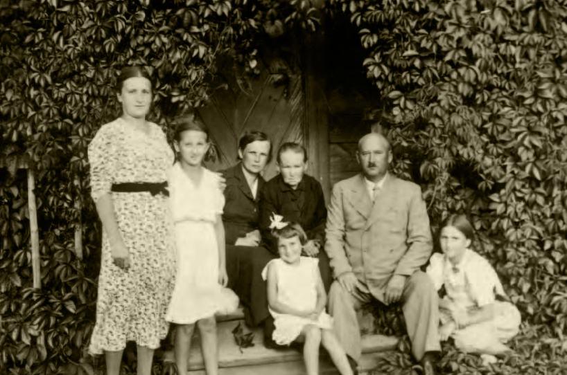 Rodzina Siedzików. Od lewej: stoją Eugenia zDanutą, siedzą Jadwiga zmatką Anielą, przed nimi Wacław zcórkami – zlewej Irena   (z kokardą), zprawej Wiesława, leśniczówka wOlchówce kołoNarewki, lato 1939 r.