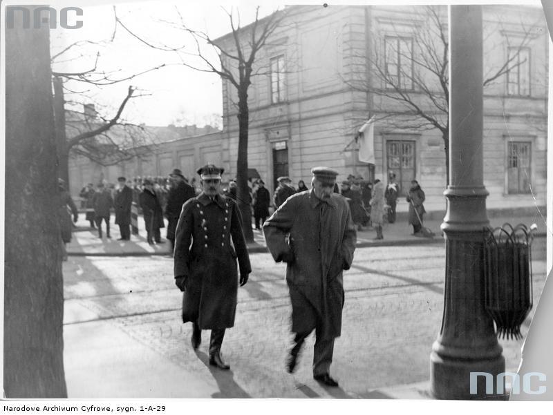 Kpt. Lucjan Miładowski (z lewej) wraz z Marsz. Józefem Piłsudskim, 1931 (fot. Narodowe Archiwum Cyfrowe, sygn. 1-A-29 )