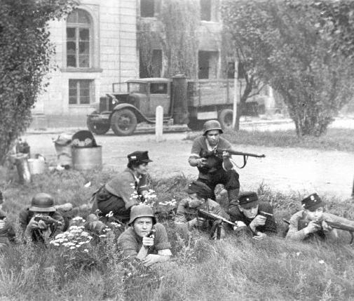 Warszawa dziedziniec MSZ ul. Nowy Świat 69 przylegający do budynku Komendy Policji, 23 VIII 1944. Grupa Żołnierzy plutonu szturmowego