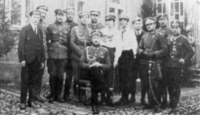 Adam Rudnicki (siedzi wśrodku), przywódca powstania