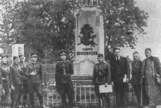 Słowaccy żołnierze z 3 dywizji pozują przed pomnikiem Tadeusza Kościuszki. W centrum generał Ferdinand Čatloš. Plac św. Jana w Sanoku 1939
