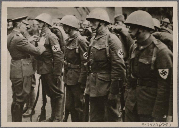 """Żołnierze słowaccy z Armii Polowej """"Bernolak"""" dekorowani przez Ferdynanda Čatloša po kampanii wrześniowej w Polsce"""