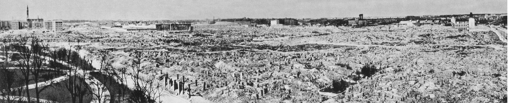 Po upadku powstania Niemcy zrównali getto warszawskie z ziemią. Z rozkazu Adolfa Hitlera spalono i wysadzono wszystkie domy znajdujące się na terenie objętym walkami. Jednym z nielicznych zachowanych budynków był kościół św. Augustyna wykorzystywany jako magazyn.