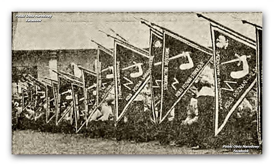 Proporce Stronnictwa Narodowego podczas mszy na placu św.Marka w Poznaniu 15.08.1938 r., https://www.facebook.com/PolskiNarodowy