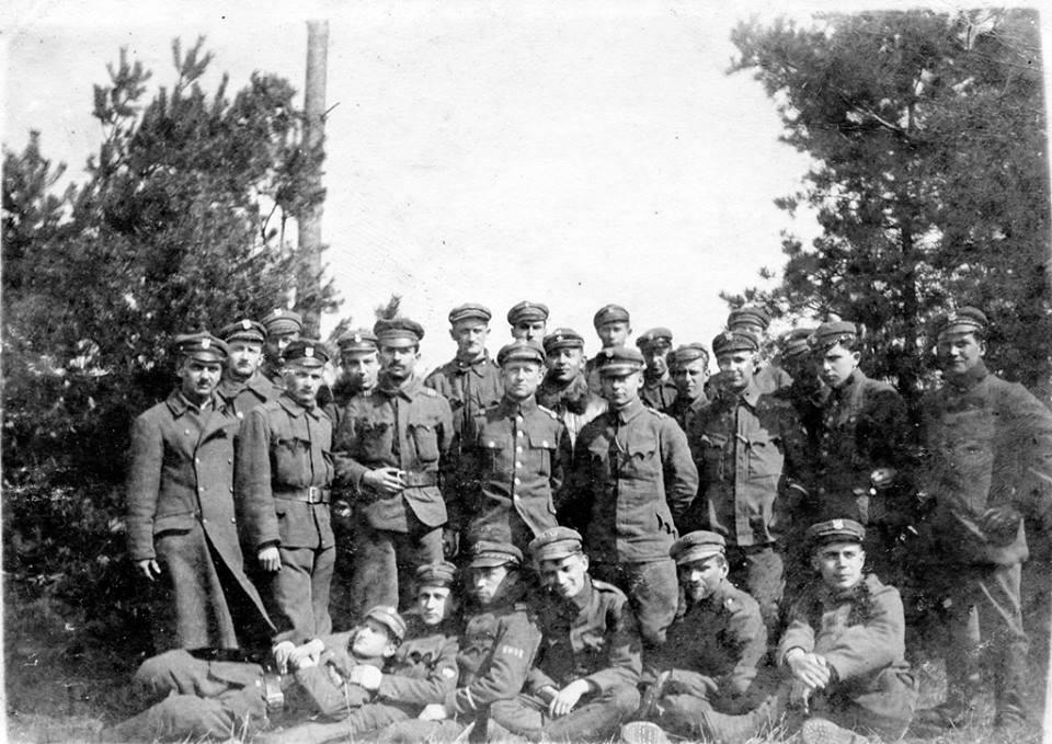 """Załoga pociągu panc. """"Smok"""", pierwszy od lewej w drugim rzędzie stoi Adam Krzyściak, poniżej w pierwszym rzędzie drugi od lewej stoi Władysław, 1919 r. (ze zbiorów R. Krzyściaka)"""