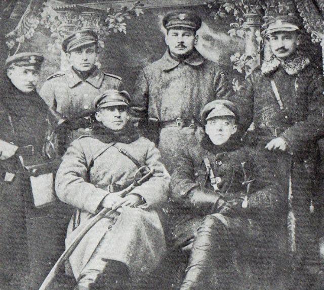 Dowództwo ochotniczego oddziału braci Dąbrowskich – luty 1919 rok. Siedzą od lewej: Władysław i Jerzy