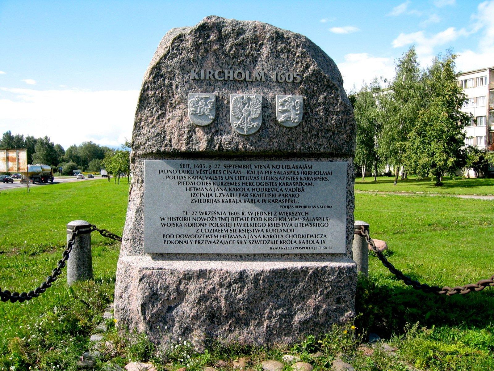 Pomnik bitwy pod Kircholmem w Salaspils k. Rygi z napisami łotewskim i polskim oraz herbami Litwy, Polski i Kurlandii