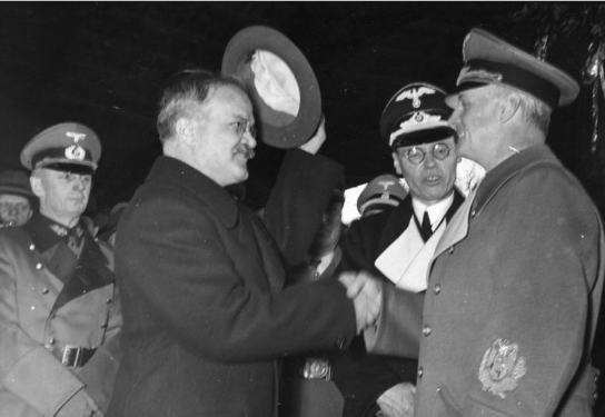 Gustaw Hilger (drugi od prawej, w głębi), do 1941r. radca ambasady Rzeszy w Moskwie, zapisał słowa Stalina: Jeśli Niemcy znajdą się w trudnej sytuacji, wtedy lud sowiecki pospieszy Niemcom na pomoc i nie dopuści, by zostały zaduszone… Na pierwszym planie minister (komisrz) spraw zagranicznych ZSRS Wiaczesław Mołotow.