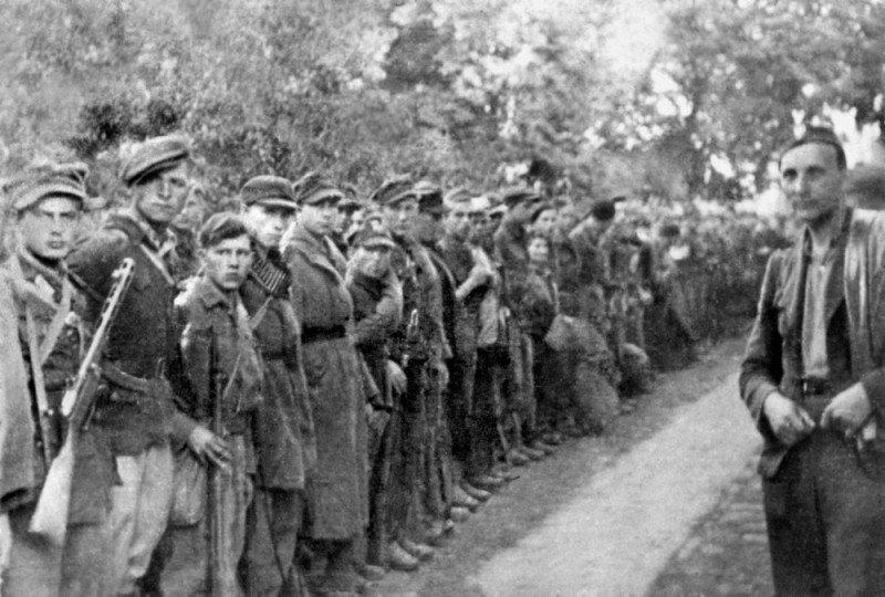 """Tadeusz Kuncewicz """"Podkowa"""" (pierwszy z prawej) z batalionem zbornym 27 Wołyńskiej Dywizji Piechoty Armii Krajowej"""