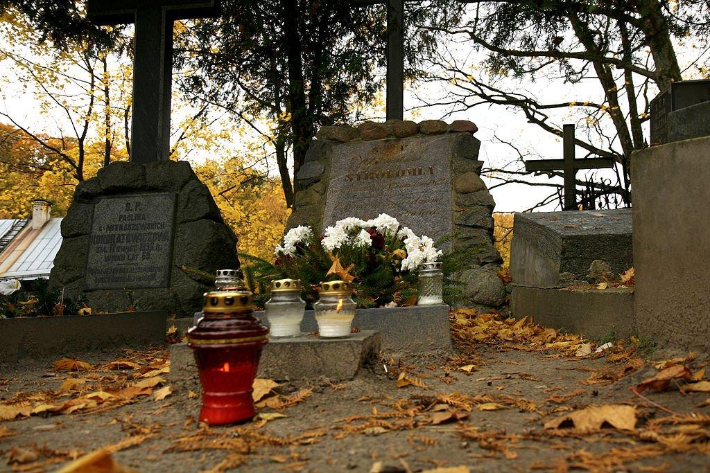 Grób poety na wileńskim cmentarzu na Rossie.