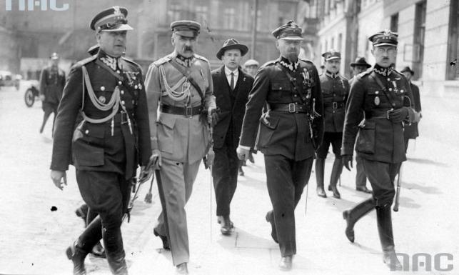 Od lewej: pułkownik Bolesław Wieniawa-Długoszowski, marszałek Józef Piłsudski, major Aleksander Prystor