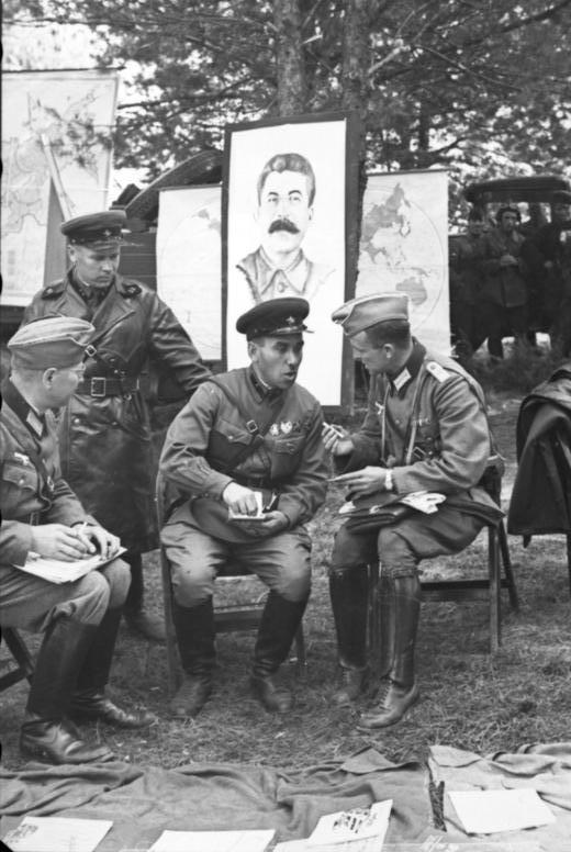 Żołnierze Wehrmachtu i Armii Czerwonej pod propagandowymi plakatami sowieckimi; Brześć, 22 września 1939
