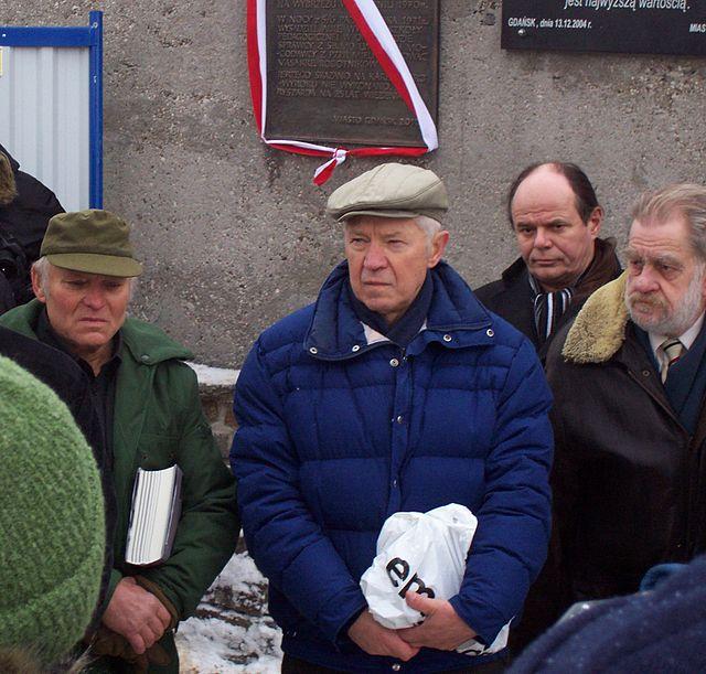 Ryszard Kowalczyk (pośrodku) i jego brat Jerzy (z lewej) podczas odsłonięcia tablicy pamiątkowej w Gdańsku, 18 grudnia 2010
