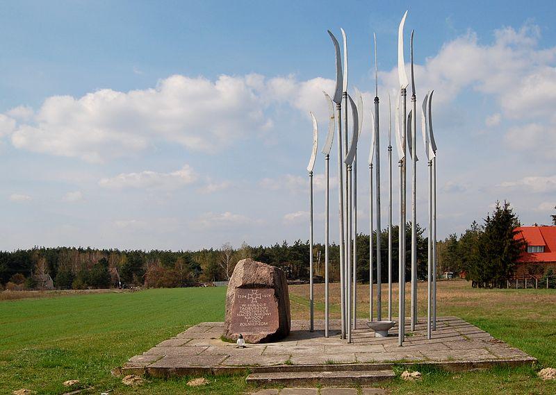 Pomnik w Maciejowicach z 1974 r. autorstwa Macieja Krysiaka