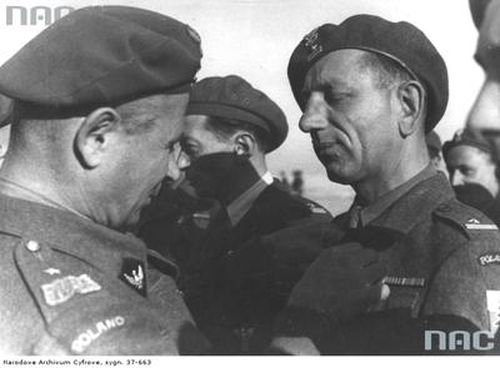 Gen. Bronisław Duch dekoruje Krzyżem Walecznych mjr Franciszka Pietrzaka