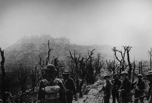 Żołnierze polscy pod Monte Cassino – na dalszym planie wzgórze klasztorne