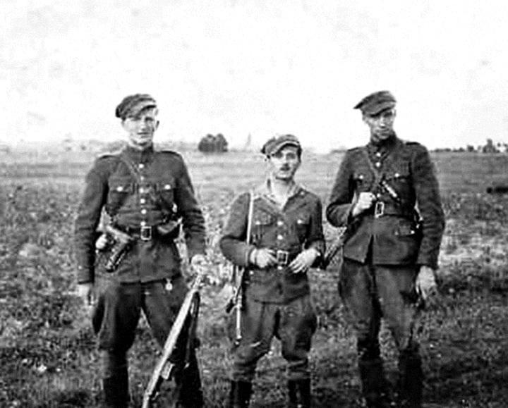 """Od lewej plut. Henryk Wieliczko """"Lufa"""", por. Marian Pluciński """"Mścisław"""