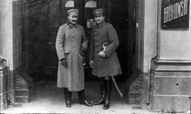 Józef Piłsudski i Bolesław Wieniawa-Długoszowki w listopadzie 1918 r. przed bramą hotelu Bruhlowskiego