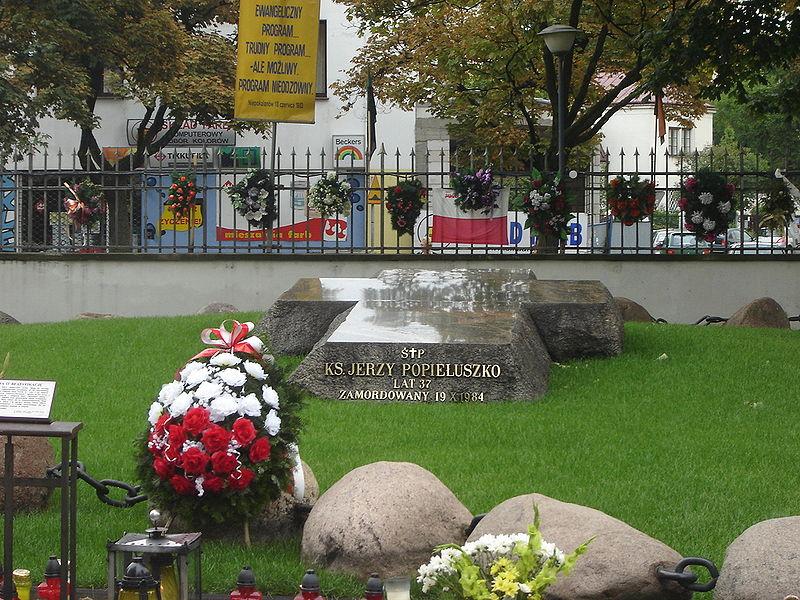 Nagrobek księdza Jerzego Popiełuszki na terenie kościoła św. Stanisława Kostki w Warszawie, fot. wikipedia.pl