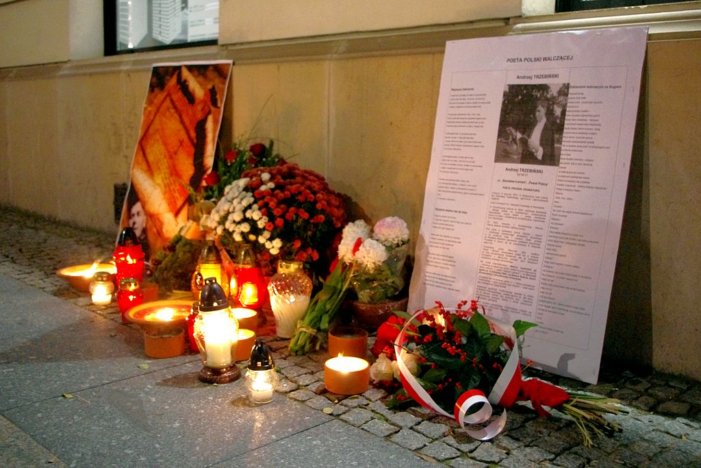 Znicze i kwiaty, w miejscu rozstrzelania Andrzeja Trzebińskiego na warszawskim Nowym Świecie w 70-rocznicę śmierci poety (12.11.2013)