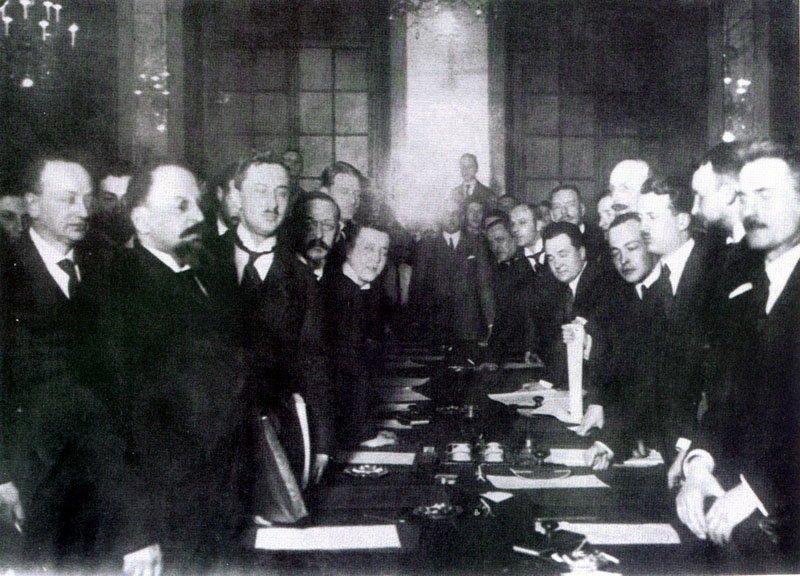 Podpisanie traktatu. Z lewej Leonid Obolenski i Adolf Joffe, z prawej Jan Dąbski