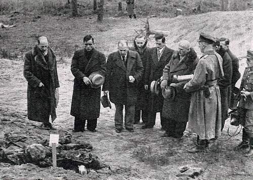 Ferdynand Goetel w Lesie Katyńskim (trzeci z lewej). Kwiecień 1943 roku.